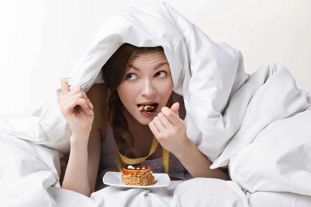 Есть, чтобы лучше спать: диетолог рассказал о плюсах и минусах еды перед сном