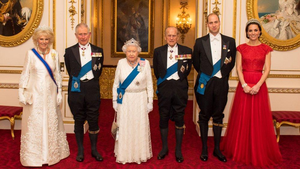 Члены королевской семьи редко делают что-либо просто так: тайный смысл новогодней семейной фотографии королевы Елизаветы II