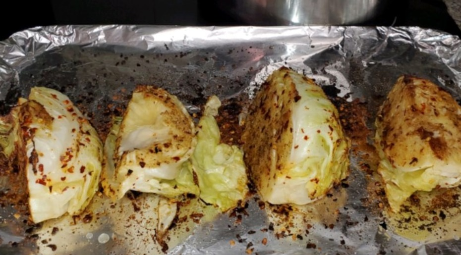 Беру чеснок, лимон, красный перец и жарю в духовке вкуснейшую капусту. Чтобы она эффектно смотрелась, кочан нарезаю дольками, а не шинкую