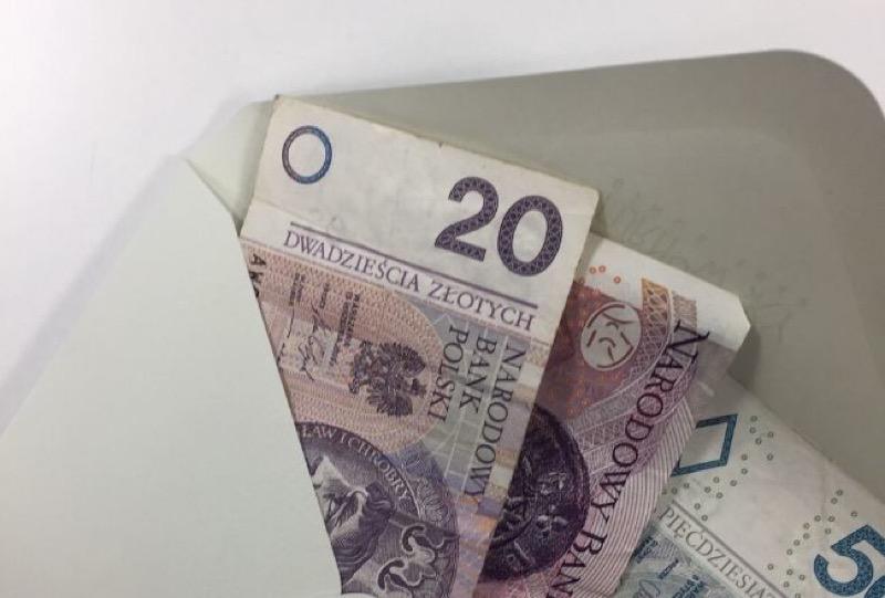 Женщина подарила крестнику конверт, куда положила все имеющиеся деньги. Комментарии родителей заставили ее краснеть от стыда