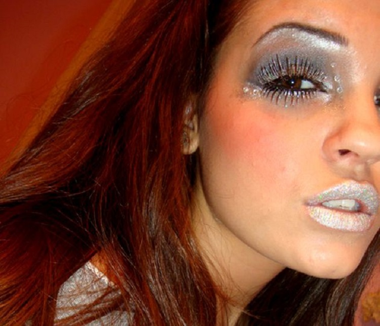 Наносить много бронзатора и рисовать тонкие брови: какие ошибки в макияже могут испортить образ