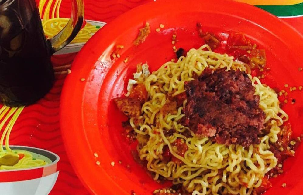 Индонезийская острая лапша на две минуты оглушила посетителя закусочной