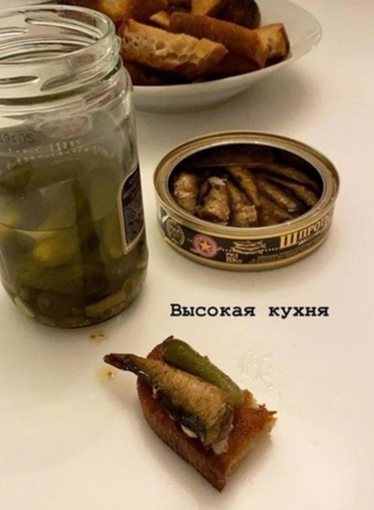 Доширак, сосиски, огурцы, шпроты и хлеб: Настя Ивлеева показала, чем кормила мужа на Новый год