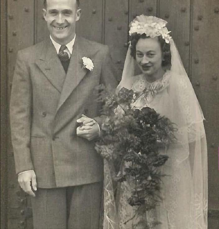 Дети подарили пожилой женщине цветную фотографию с ее свадьбы. Она была в восторге