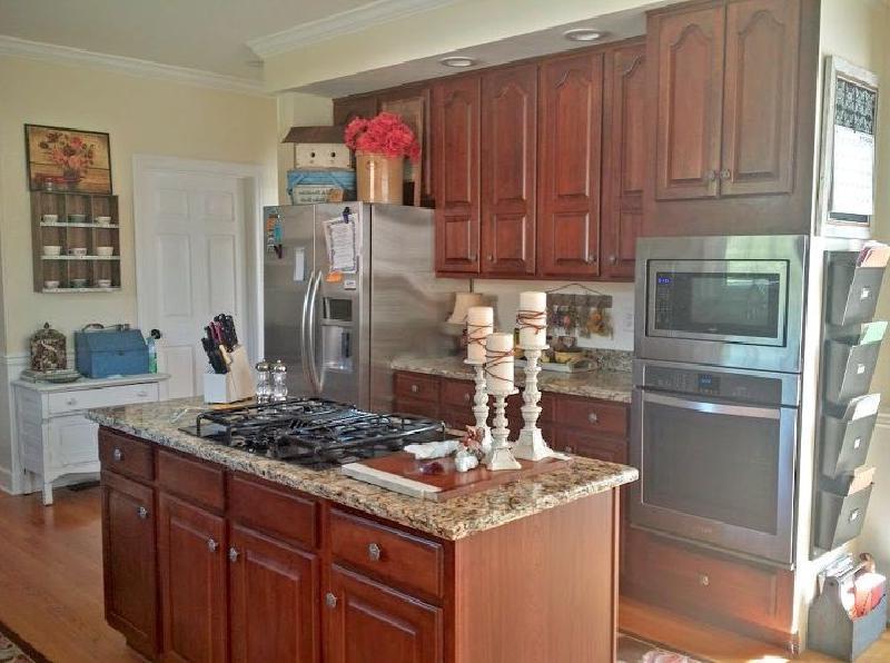 Перекрасили невзрачный кухонный гарнитур в черный, стал смотреться стильно с гранитной столешницей
