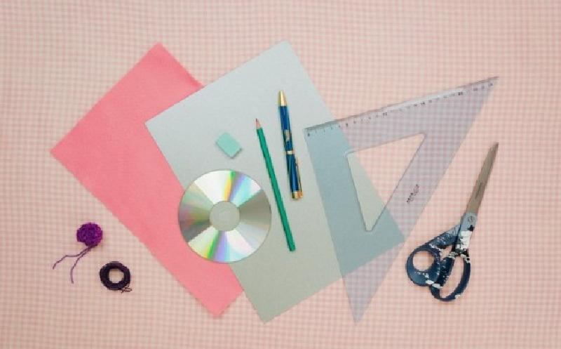 Порадовать своих родных подарком в красивой упаковке поможет старый CD-диск: видео