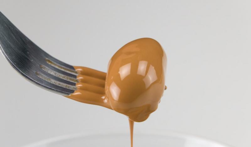 Выливаю шоколад в форму для льда: рецепт домашних конфет с вишней и фундуком