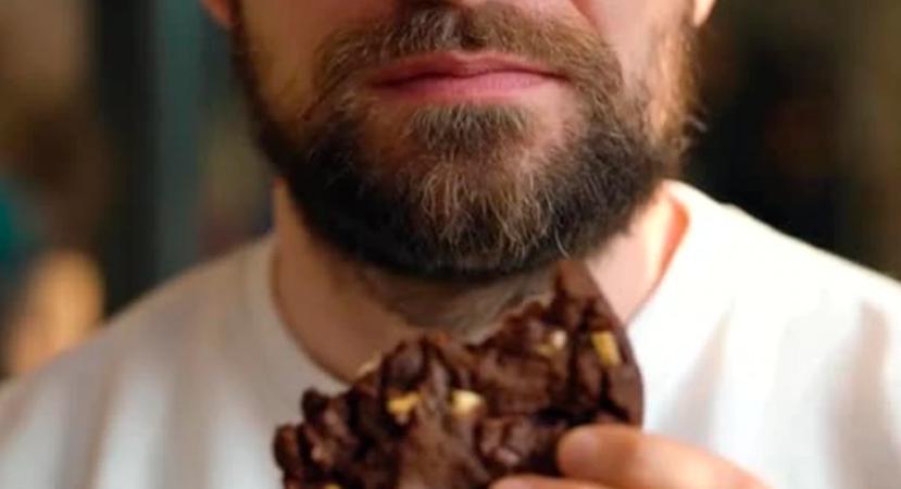Девушка увидела, как незнакомый мужчина ест ее печенье: поучительная притча