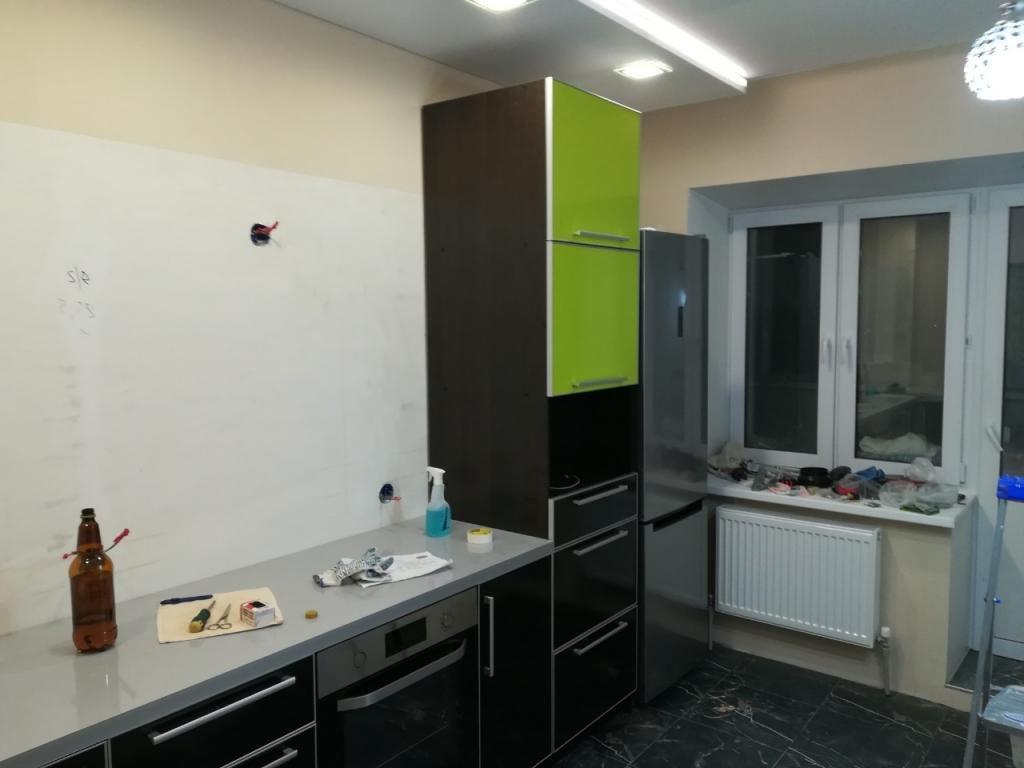 Пара из Питера решила преобразить свою кухню в салатовый рай. В итоге они превратили большую кухню в тесную и темную комнатушку: фото