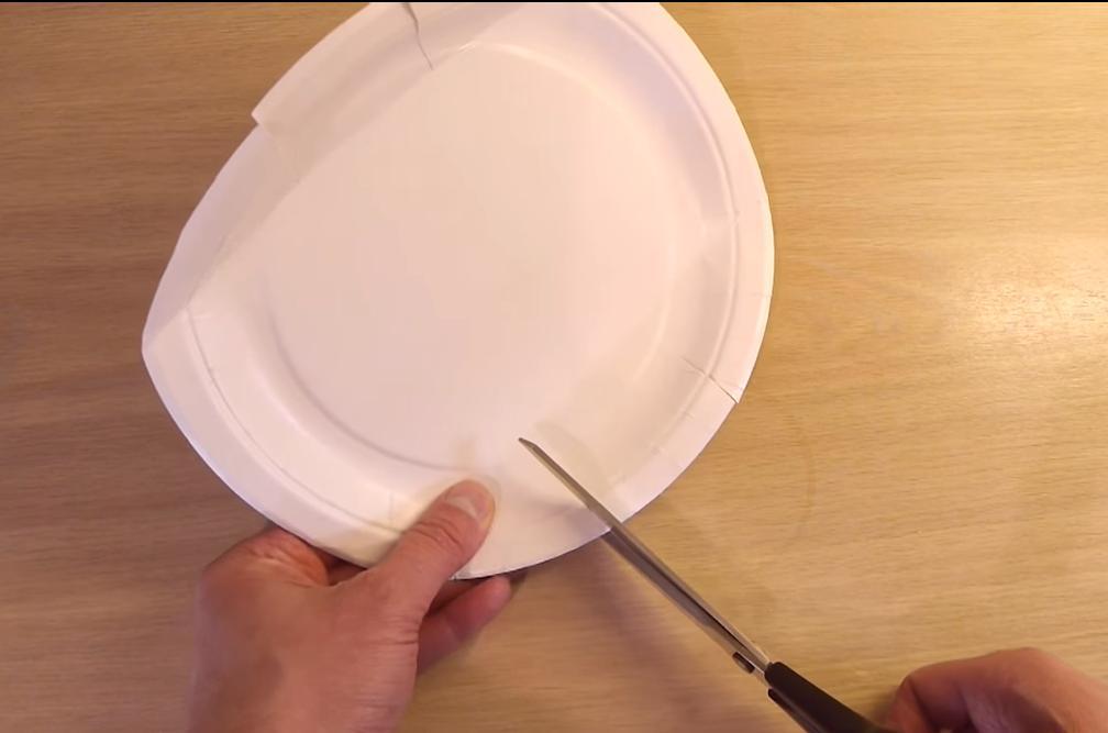 Подружка взяла одноразовую тарелку и ножницы. Получилась очень удобная вещь для тех, кто любит выпечку