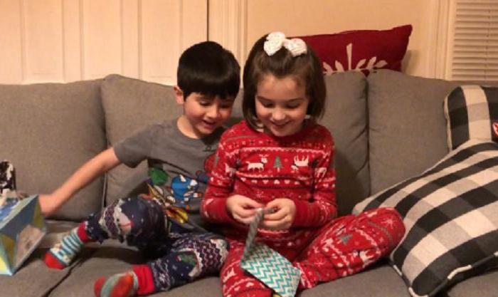 Брат и сестра открыли пакеты, которые дала им мама, и поняли, что скоро их семья станет больше