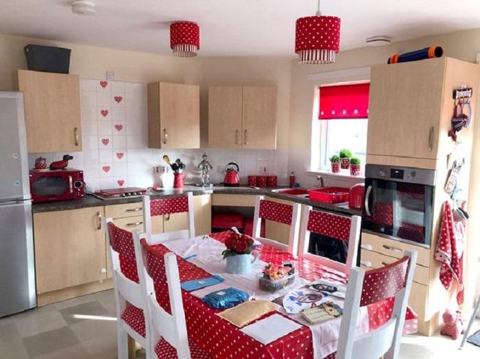Женщина превращает старую кухню обычного дома в уютную комнату мечты, не потратив много денег
