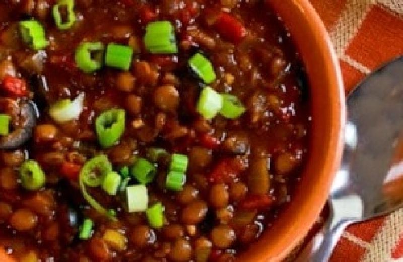 Готовлю в меру острый суп с чечевицей и маслинами: блюдо получается густое, сытное