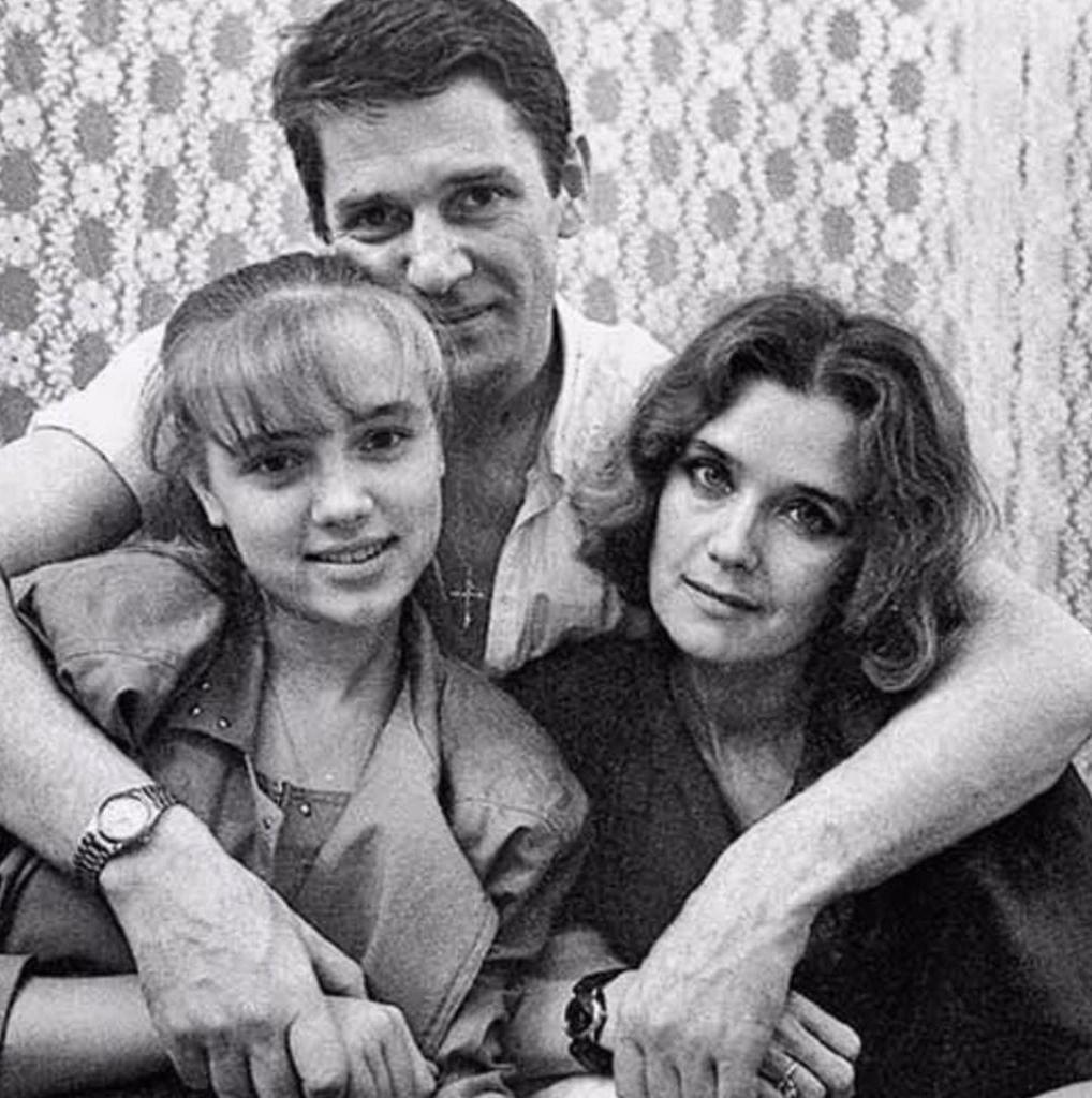Приемная дочь Александра Абдулова почтила его память размещением трогательного семейного фото