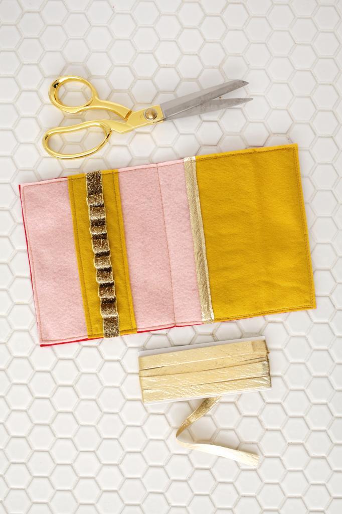 Сделала детский пенал, в котором удобно хранить карандаши: пригодится в поездке