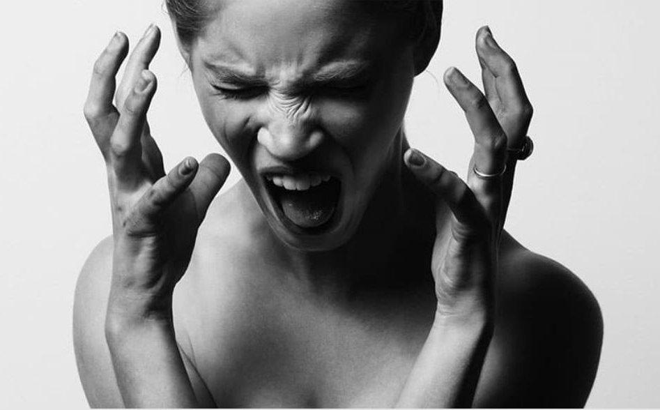Стрессы, вес и не только: что влияет на раннее появление седых волос