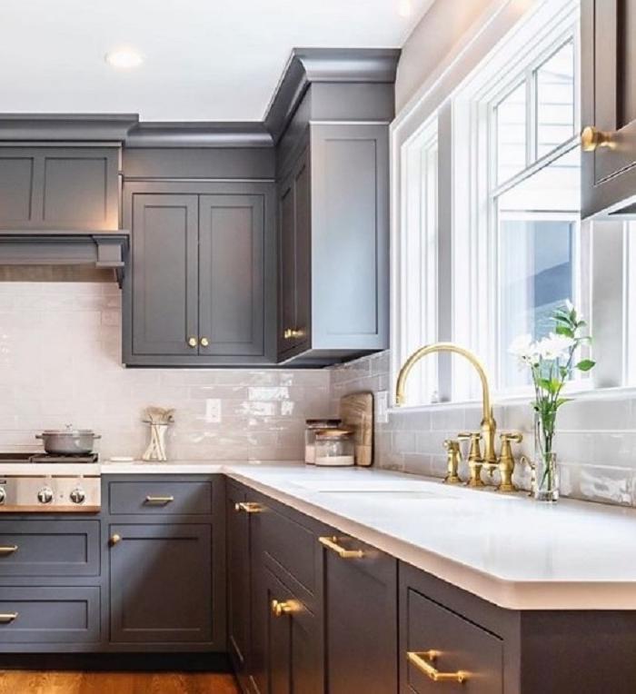 Мраморный фартук, кожаные барные стулья и другие идеи декора из Instagram для вашей кухни
