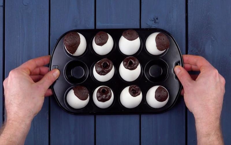 Муж заполнил шоколадной начинкой яичную скорлупу и запек в духовке: рецепт необычного десерта