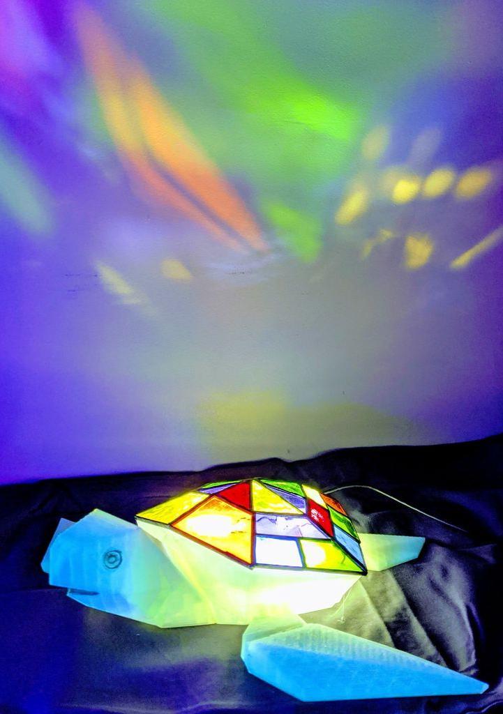 Разноцветная черепашка: делаем красивый светильник в витражной технике