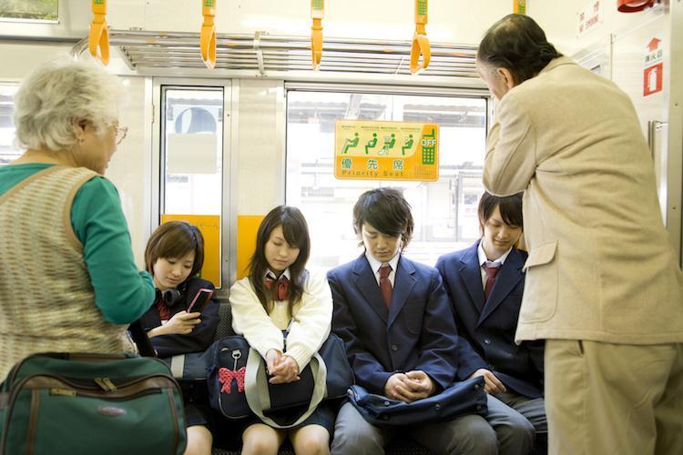 Турист заметил, что в Японии не уступают места в транспорте женщинам: дело в равенстве полов