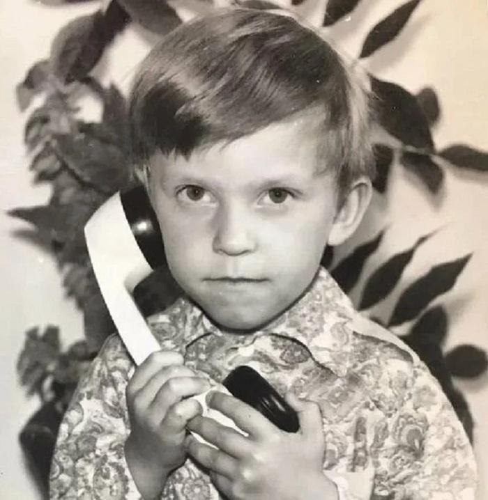 В детстве маленького Сашу часто доводили до слез парни во дворе. Сейчас он вырос, а обидчики боятся, чтобы этот красавец не увел их жен
