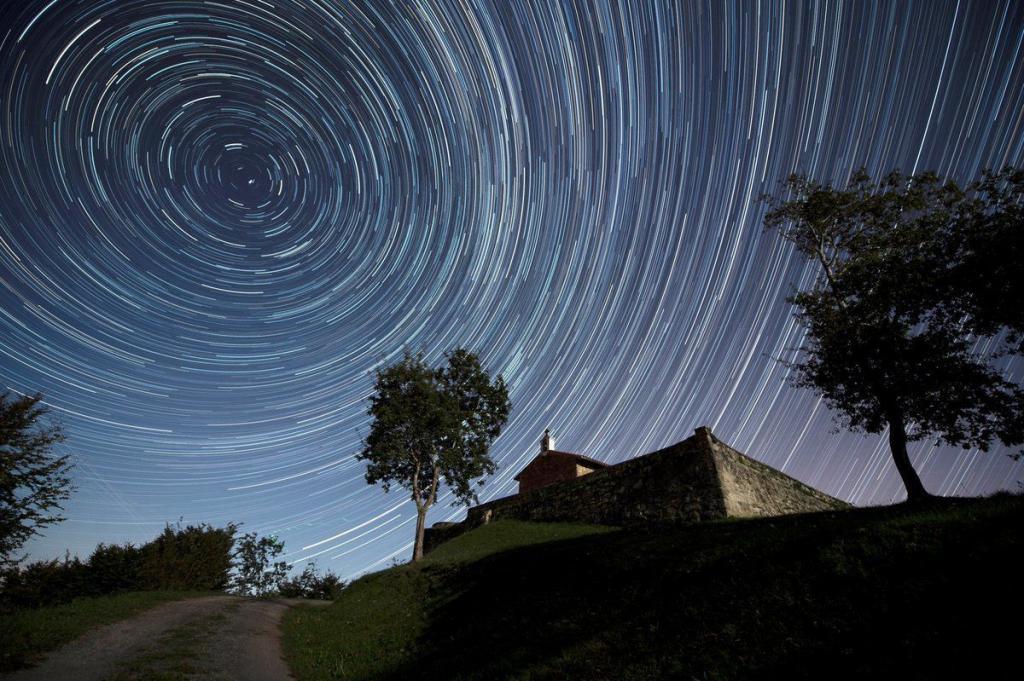 Яркие белые полосы на небе: SpaceX визуально меняет картину звездного неба, чтобы раздать интернет всей планете