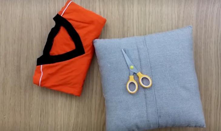 Иголка с ниткой не нужна: женщина взяла старую футболку и с помощью одних только ножниц обновила невзрачную подушку