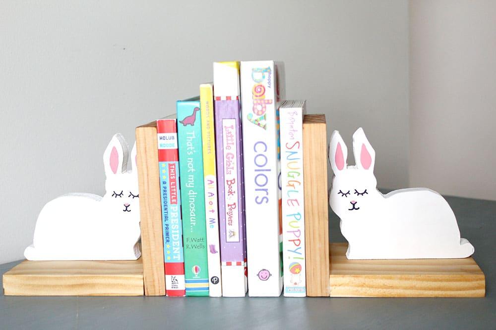 Милые зайчики для детской комнаты: как сделать подставки для книг из натурального дерева