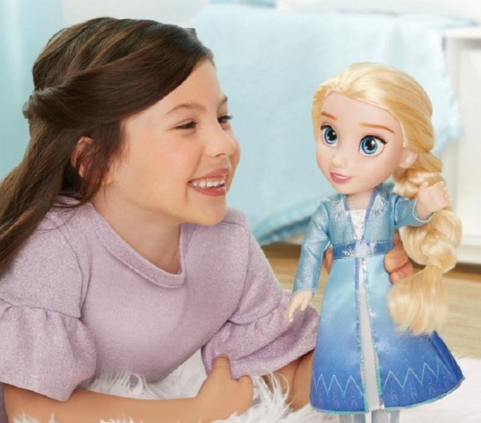Семья не может избавиться от странной детской куклы: она возвратилась даже после того, как ее выбросили на мусорку