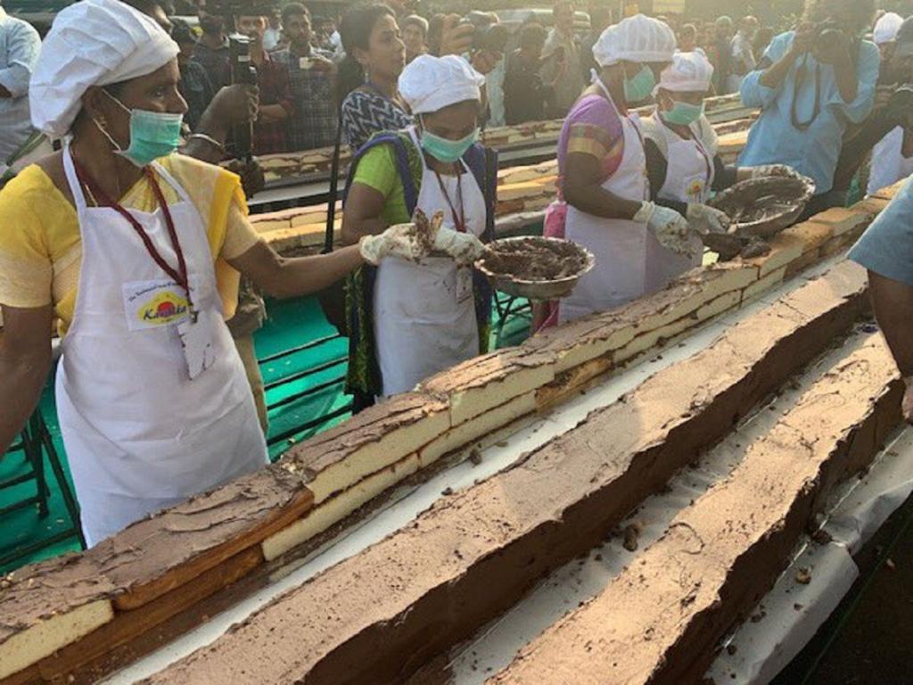 Новый рекорд Гиннесса: 1500 пекарей из Индии объединились, чтобы испечь самый длинный в мире торт весом 27 000 кг. Выглядит вкусно (фото)