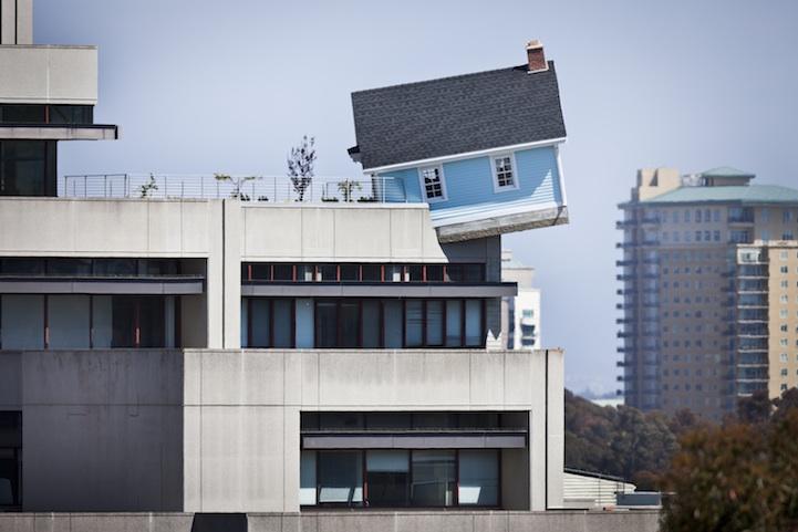 """Дом, """"свисающий"""" с крыши постройки. Сложно не обратить на него внимание"""