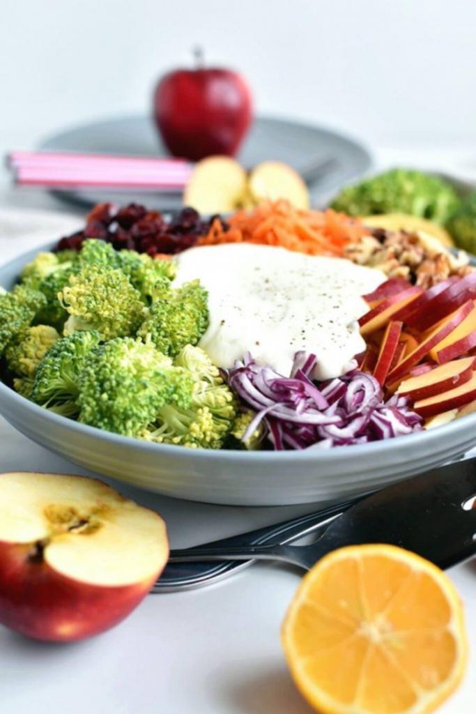 Салат с брокколи, яблоками и грецкими орехами. Свекровь поделилась полезным и вкусным блюдом.