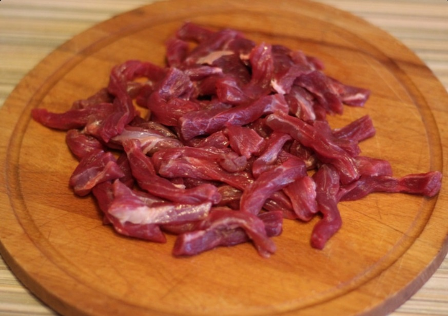 Люблю удивлять всех сытным теплым салатом, который заправляю маком и кунжутом. В его основе   жареная говядина и свежий огурец: рецепт