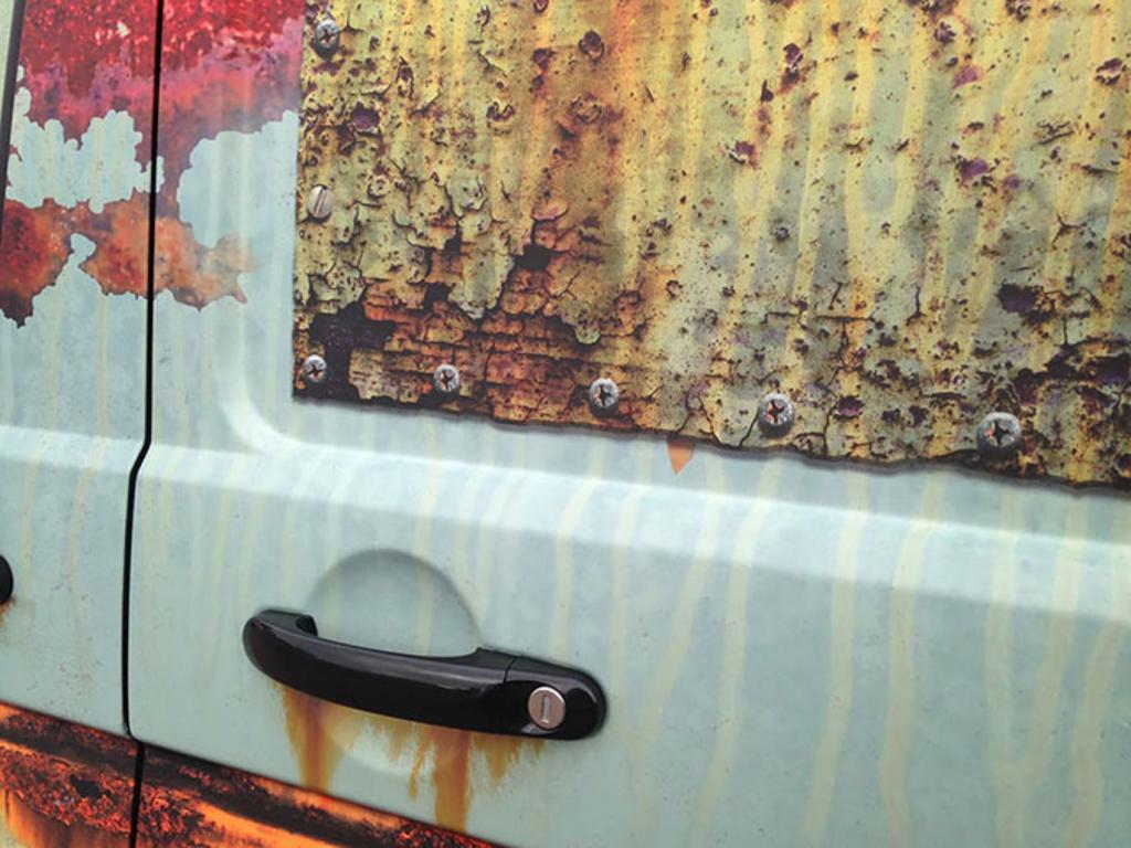 Мужчина сделал «ржавый» тюнинг своего авто. Получилось так реалистично, что даже полицейские не поняли, в чем дело
