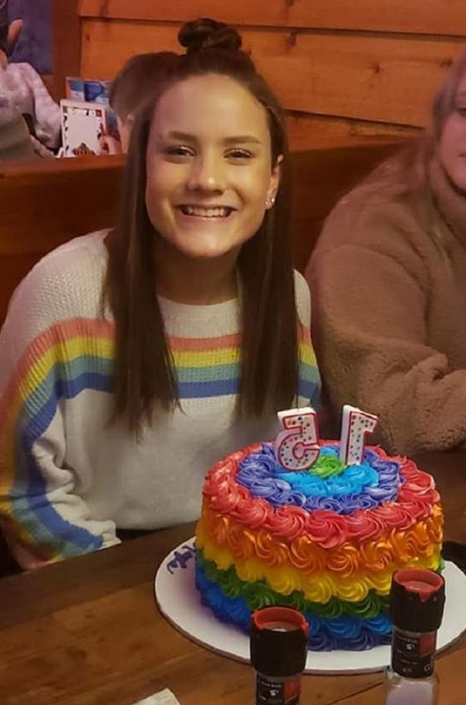 Мама сфотографировала дочь, отмечающую день рождения, и выложила снимок в Интернет. Через несколько дней они получили письмо из школы