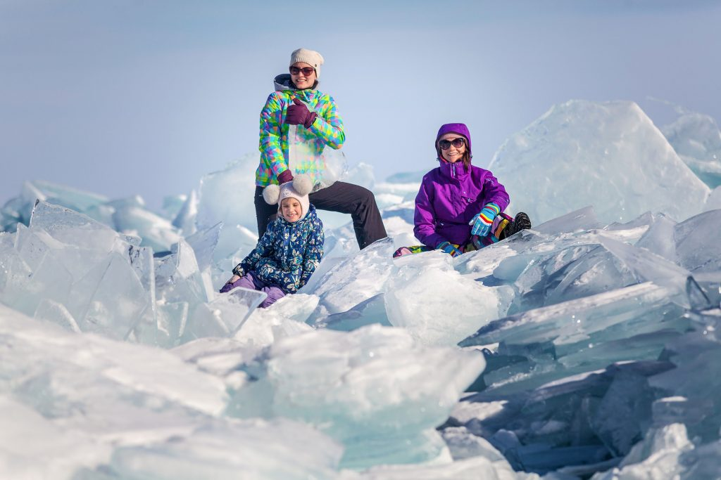 Поразительные фото семьи на Байкале, которые сначала тревожат, а потом восхищают: снимки трещин льда