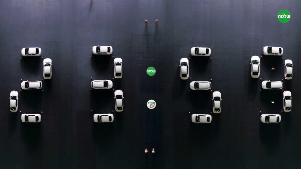 Который час? В аэропорту Бен-Гуриона создали гигантские цифровые часы из легковых автомобилей