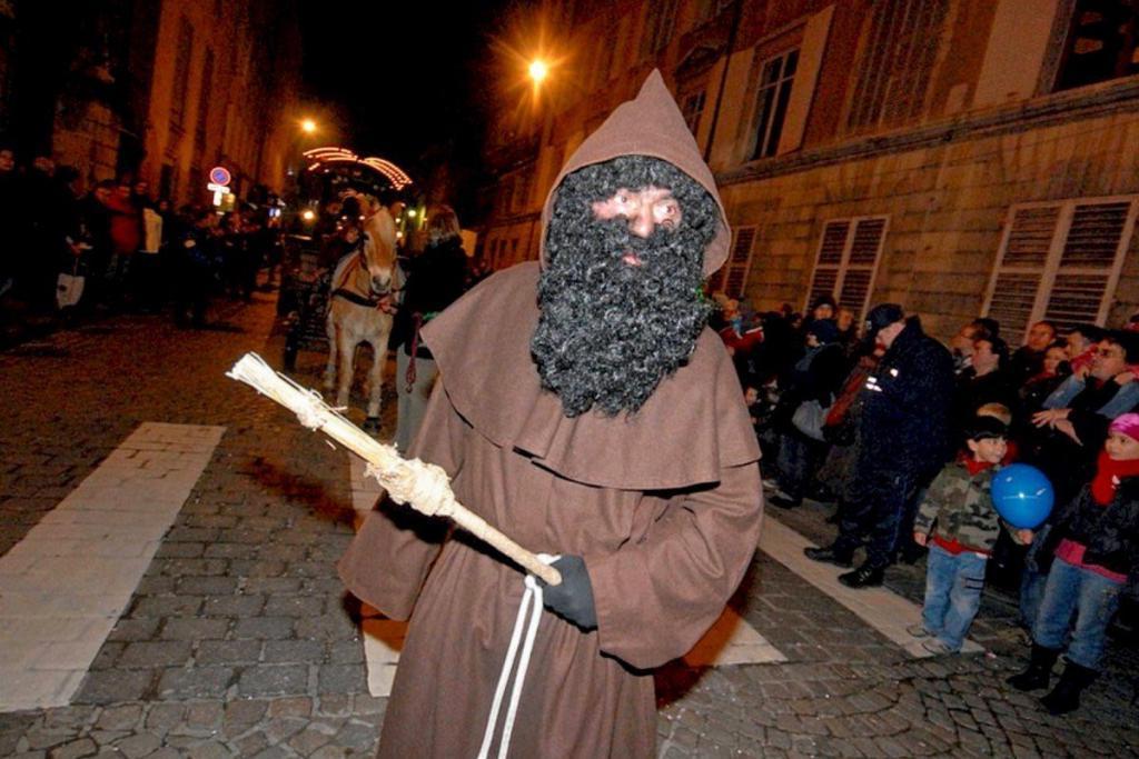 В лучшем случае он оставлял кусочек угля, в худшем - устраивал неслушникам порку. Кто такой Пер Фуитар - антипод Святого Николая