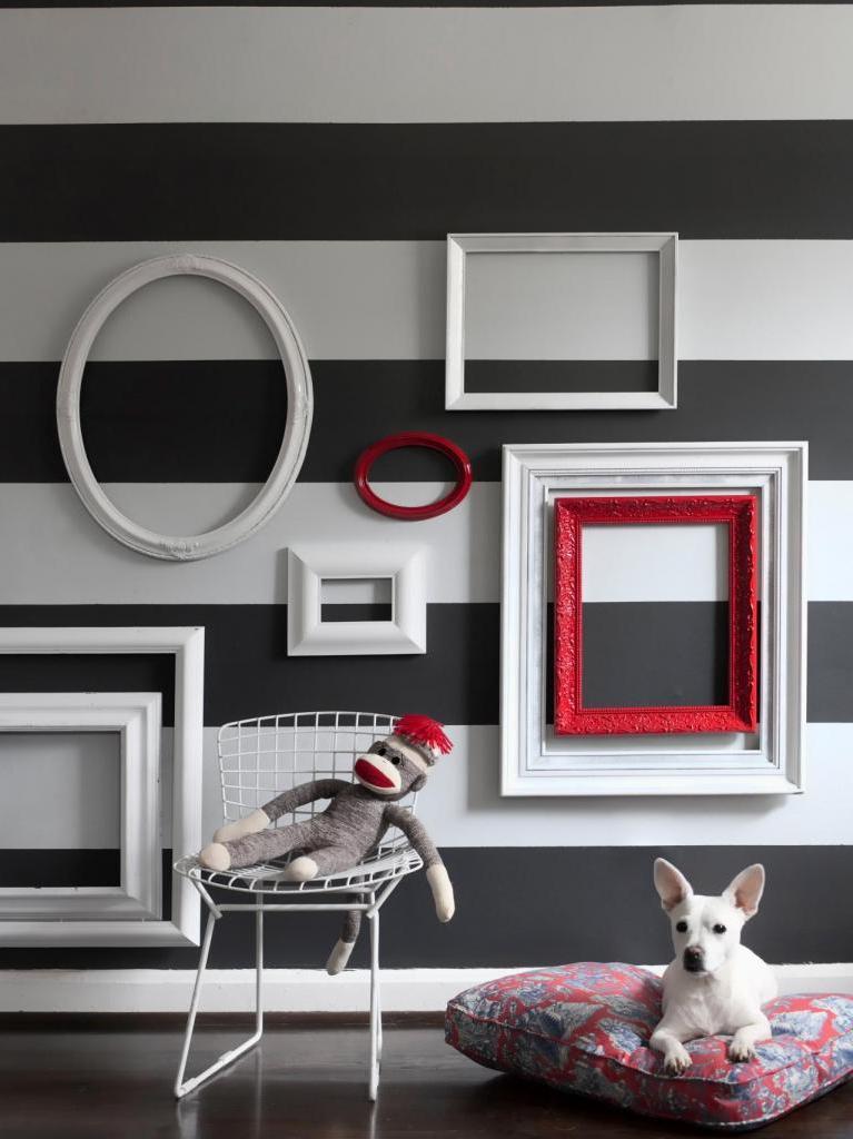 Как создать стильную декоративную композицию на стене из пустых рамок для фото