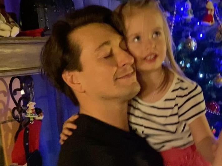 Сергей Безруков выложил в «Инстаграм» ролик, где танцует со своей трехлетней дочкой (видео)