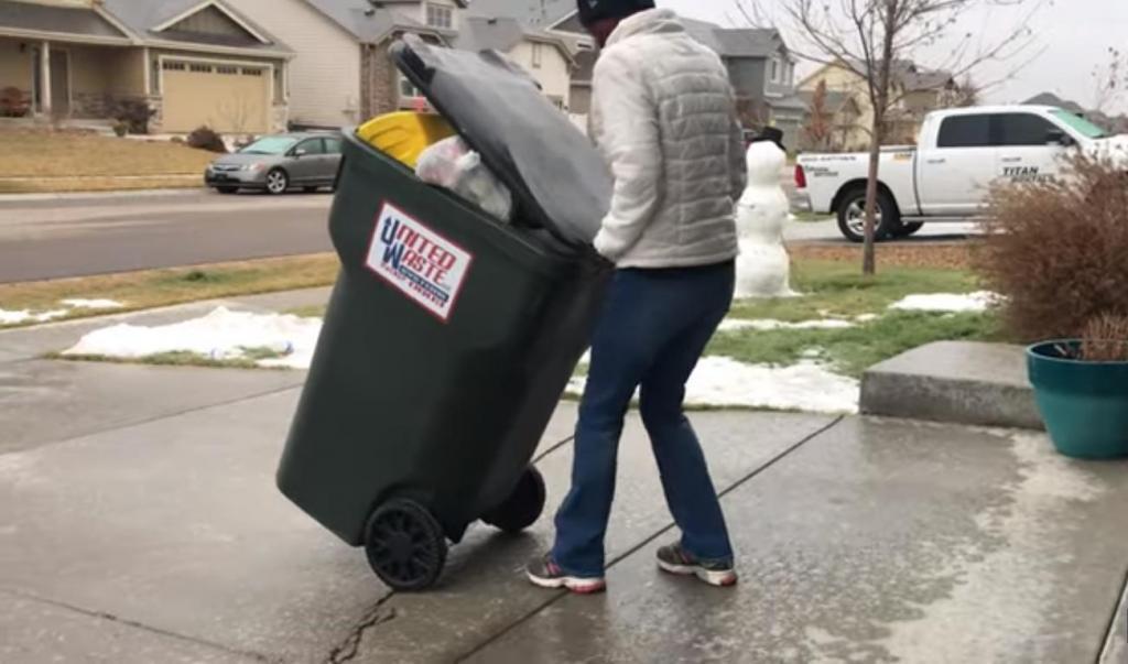 Девушке надо было выкинуть мусор, но на улице был гололед (видео)