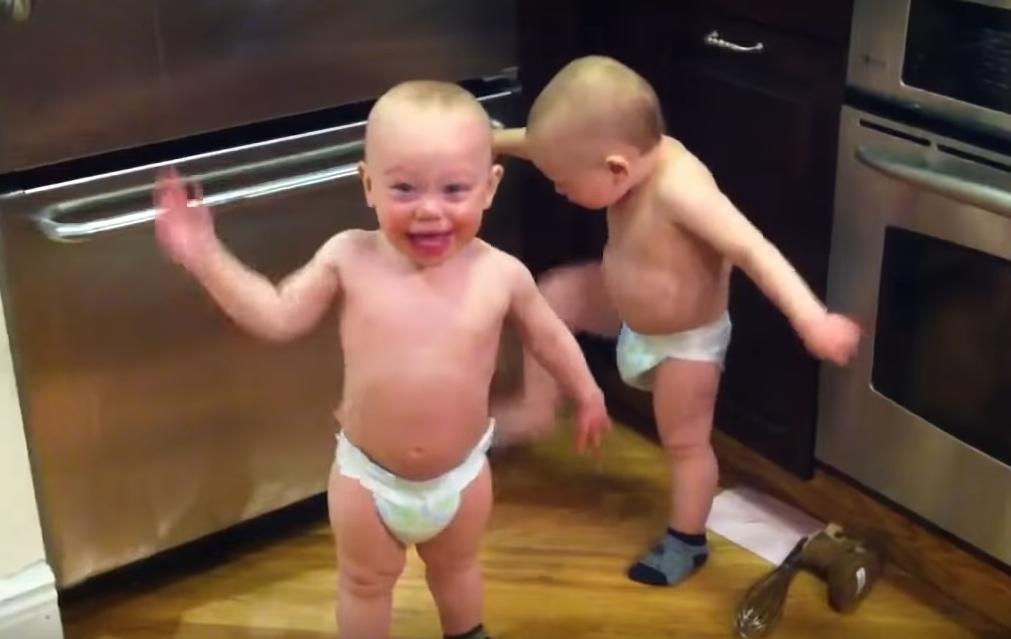 Близнецам всего полтора года, и родители утверждают, что они еще не говорят: их беседа на кухне собрала тысячи просмотров в Сети (видео)