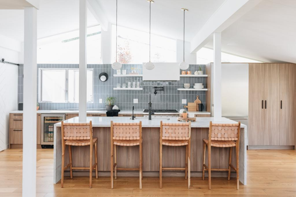 Кирпичная кладка или мозаичная плитка: идеи оформления кухонного фартука в сером цвете