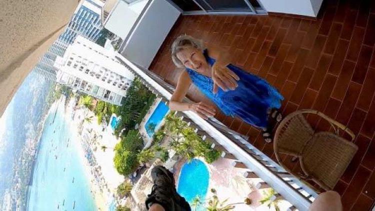Женщина спасла парашютиста, который застрял у нее на балконе. Теперь она звезда интернета