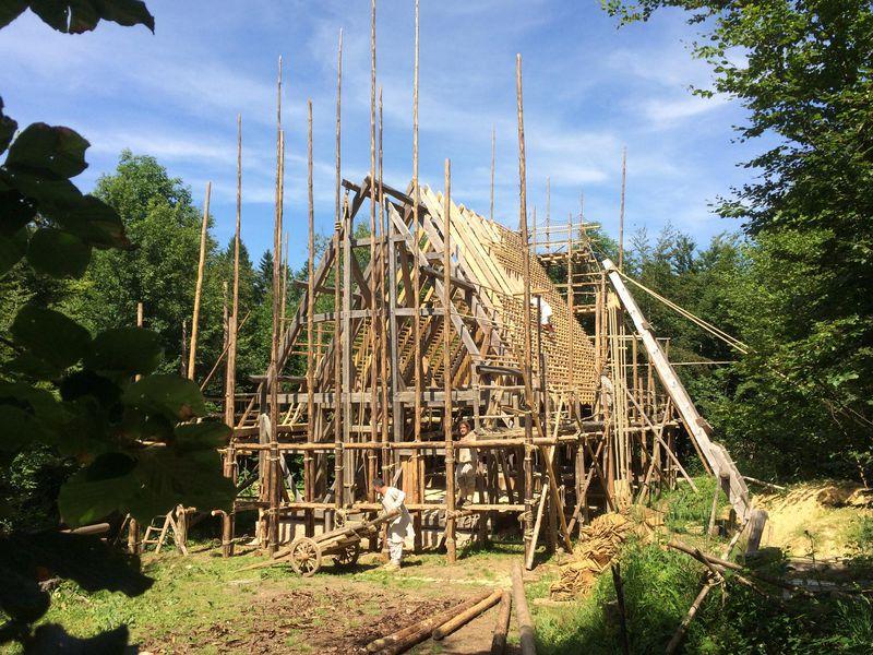 Подвиг в немецком лесу: местные ремесленники строят монастырь, используя инструменты и методы IX века