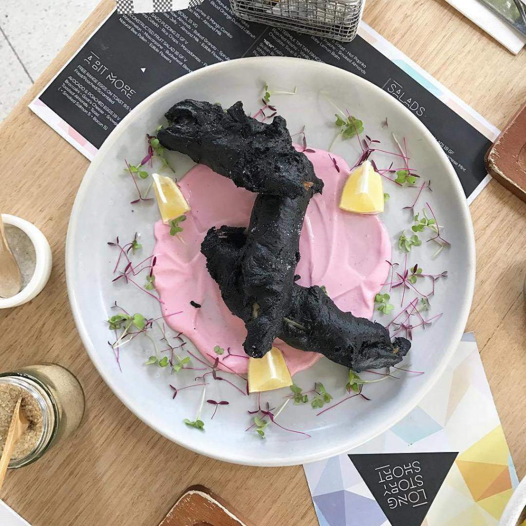 Словно обугленная ветка дерева: гурманы в восторге от черного блюда, которое предлагает австралийское кафе