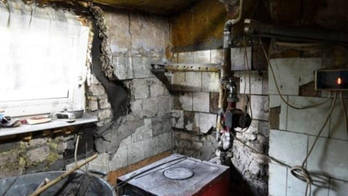 Мужчина жил доме, интерьер которого оставлял желать лучшего. Телевизионная группа сделала роскошный ремонт: фото до и после