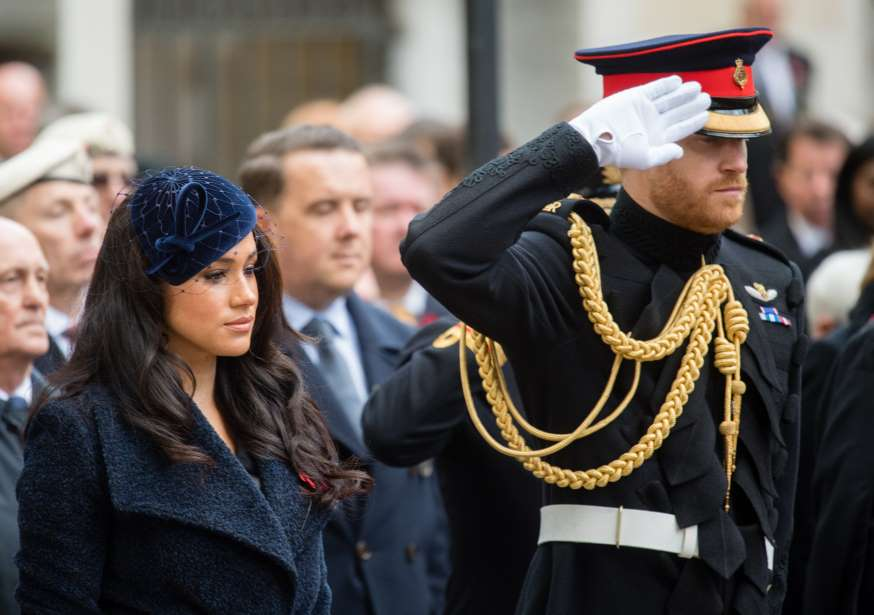 Жена настояла или брат запугал? Самые популярные теории о том, почему Меган и Гарри вышли из состава королевской семьи