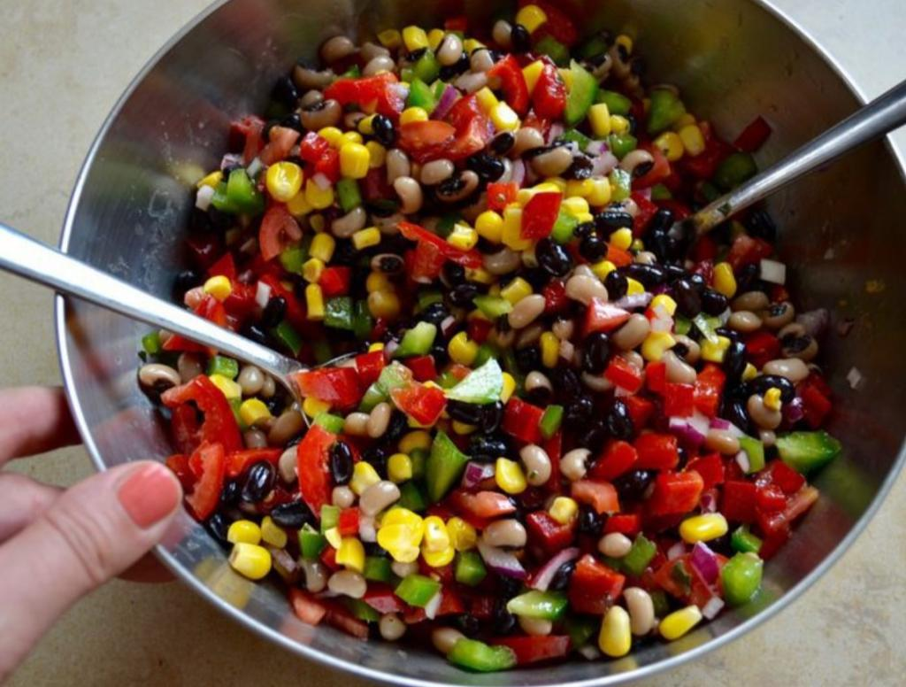 Салат, который заменил нам винегрет: яркий, из доступных продуктов и долго не портится (рецепт)