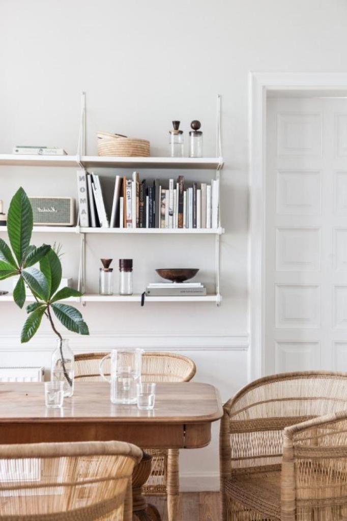 Встроенные стеллажи и подвесные конструкции: как оживить интерьер гостиной, используя полки для хранения